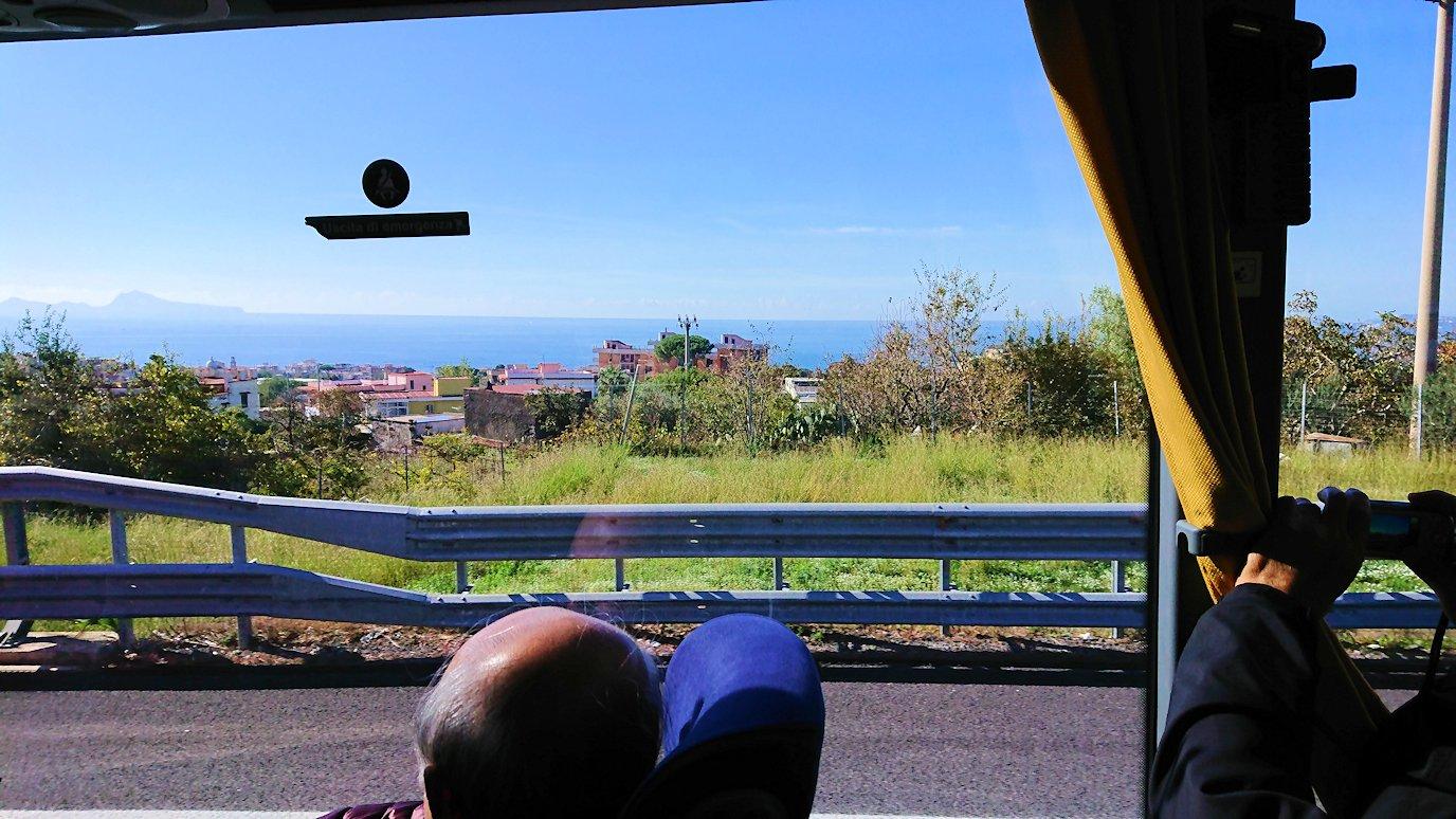 再びバスでポンペイに向かう途中に海が見えてくる
