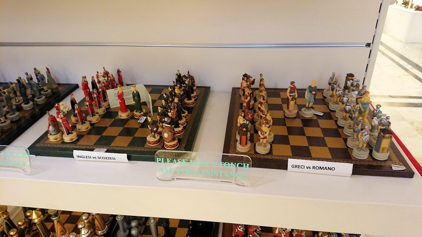 ポンペイ遺跡前のカメオのお土産店内の可愛いチェス盤