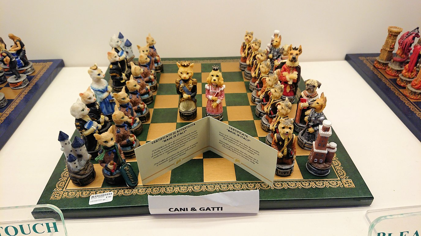ポンペイ遺跡前のカメオのお土産店内の可愛いチェス盤4