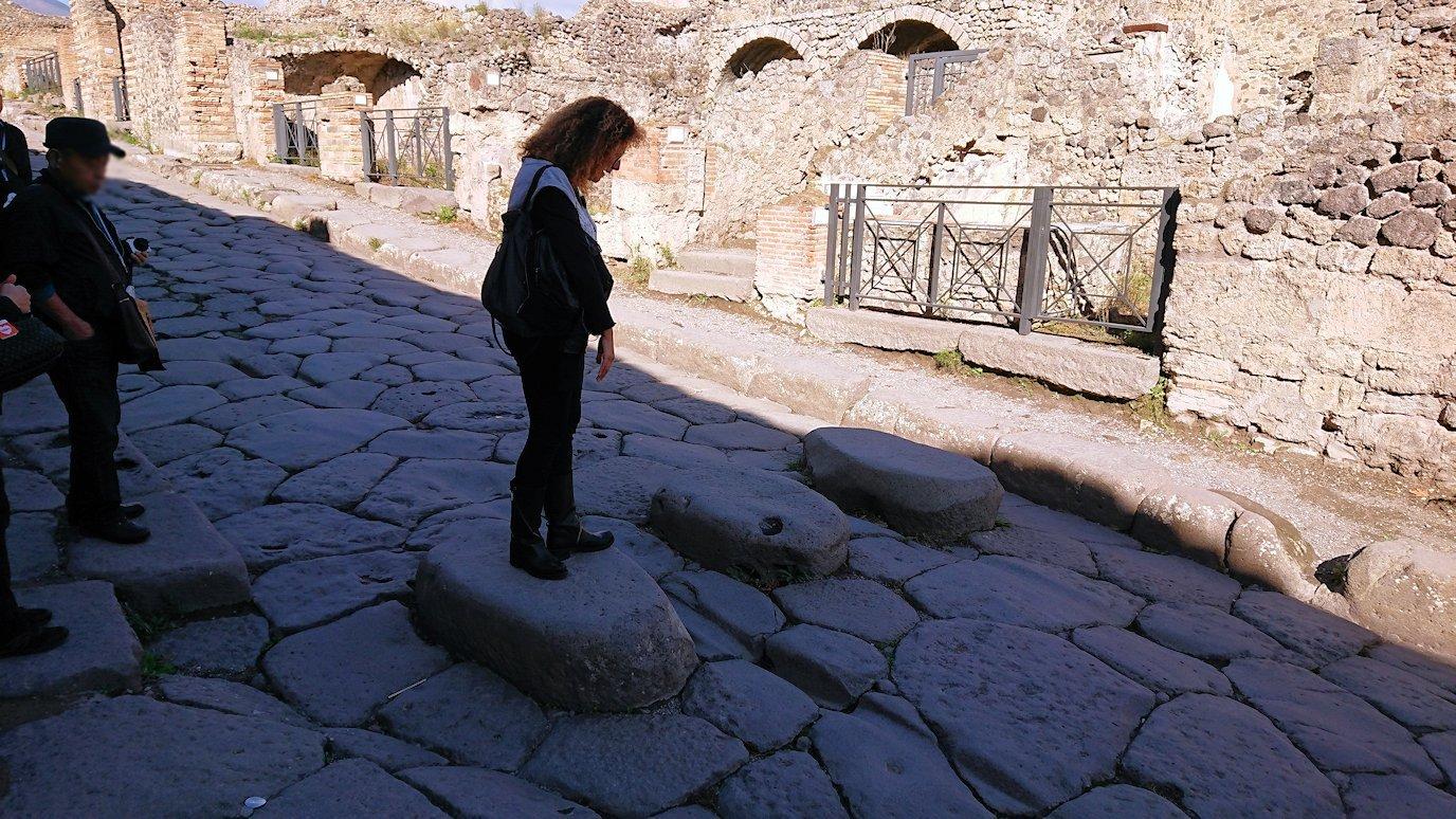 ポンペイ遺跡の道の石を渡る
