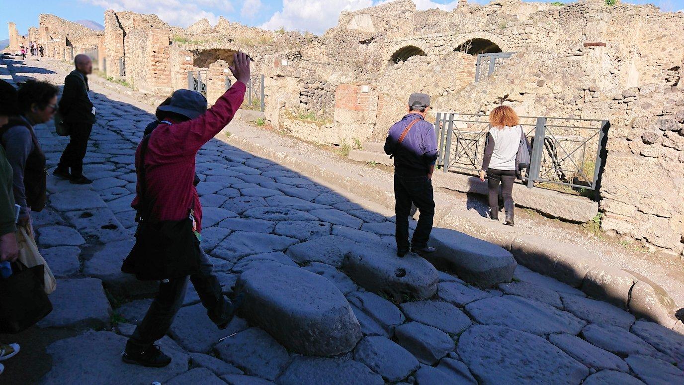 ポンペイ遺跡の道の石を渡る2