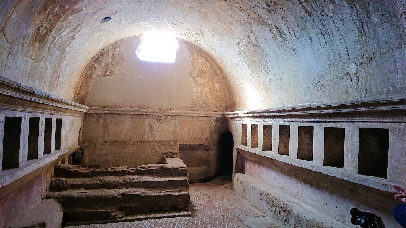 ポンペイ遺跡の大浴場に入ります