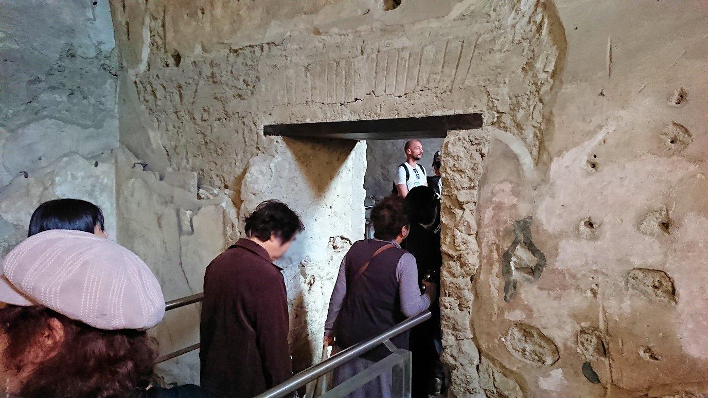 ポンペイ遺跡の大浴場内部を見学