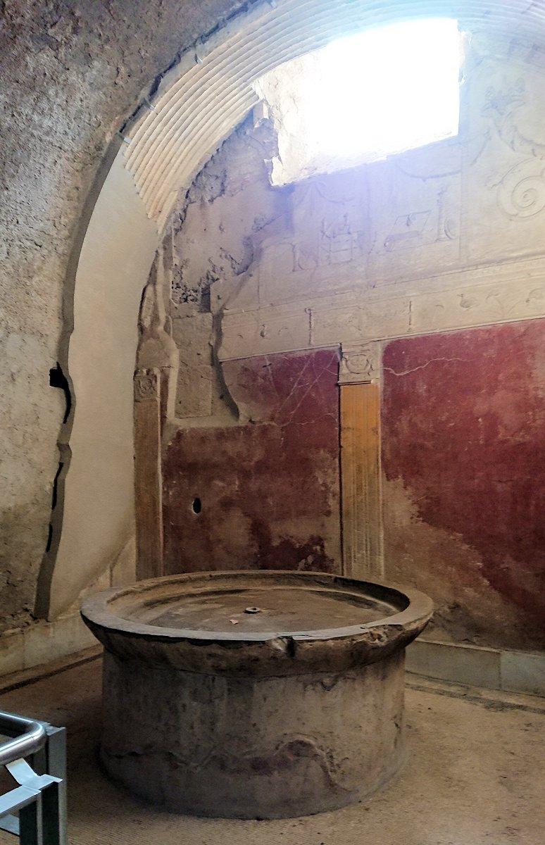 ポンペイ遺跡の大浴場内部を見学2