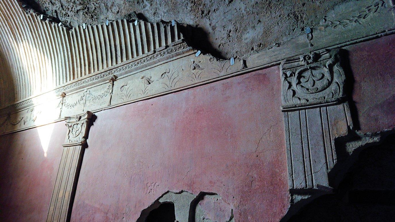 ポンペイ遺跡の大浴場内部を見学3