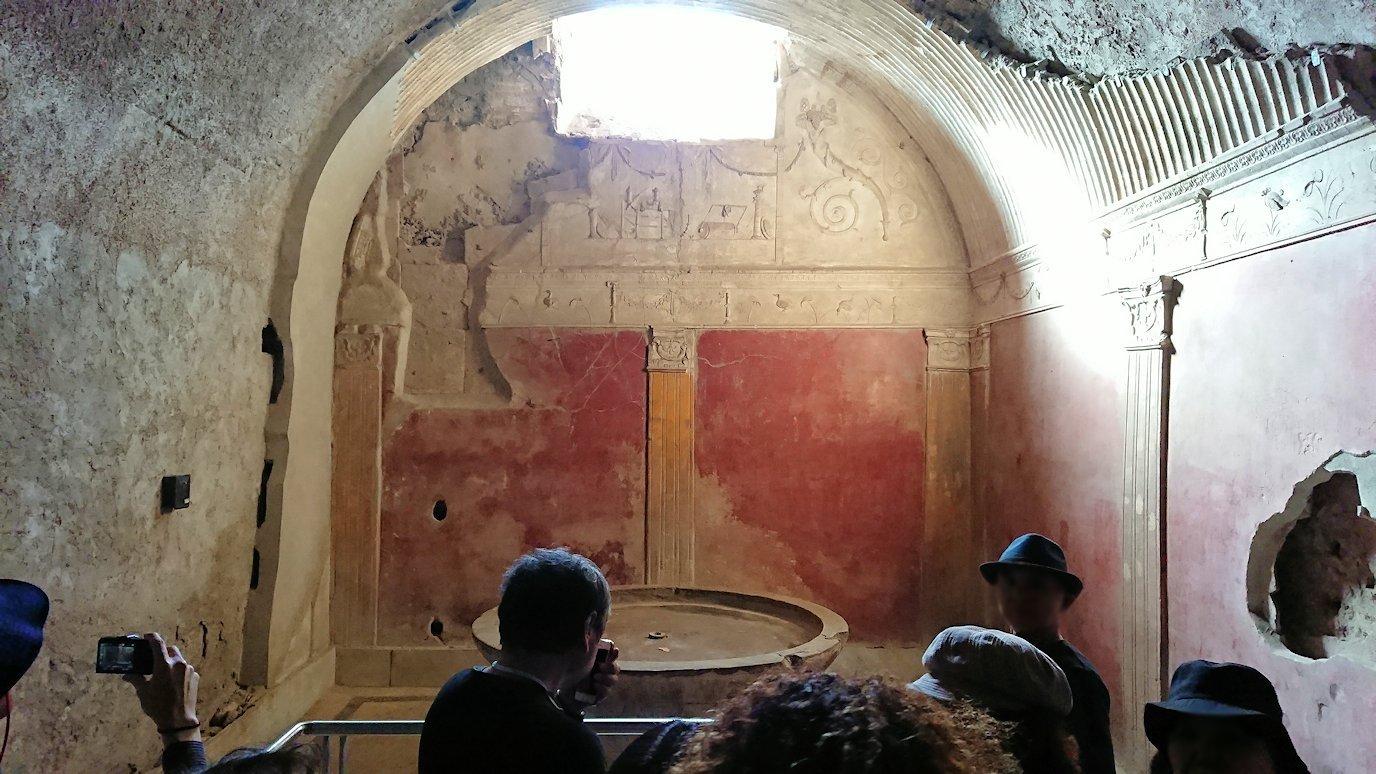 ポンペイ遺跡の大浴場内部を見学4
