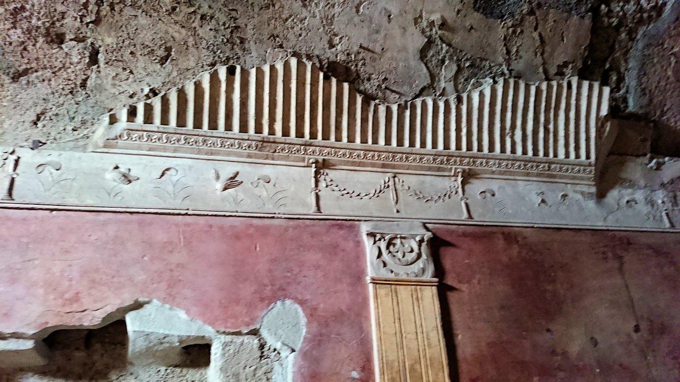 ポンペイ遺跡の大浴場内部を見学5