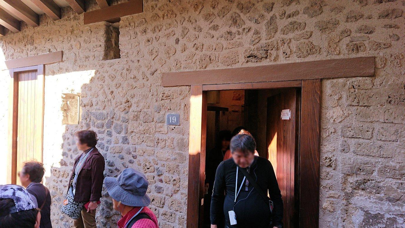 ポンペイ遺跡の娼婦の館から出る