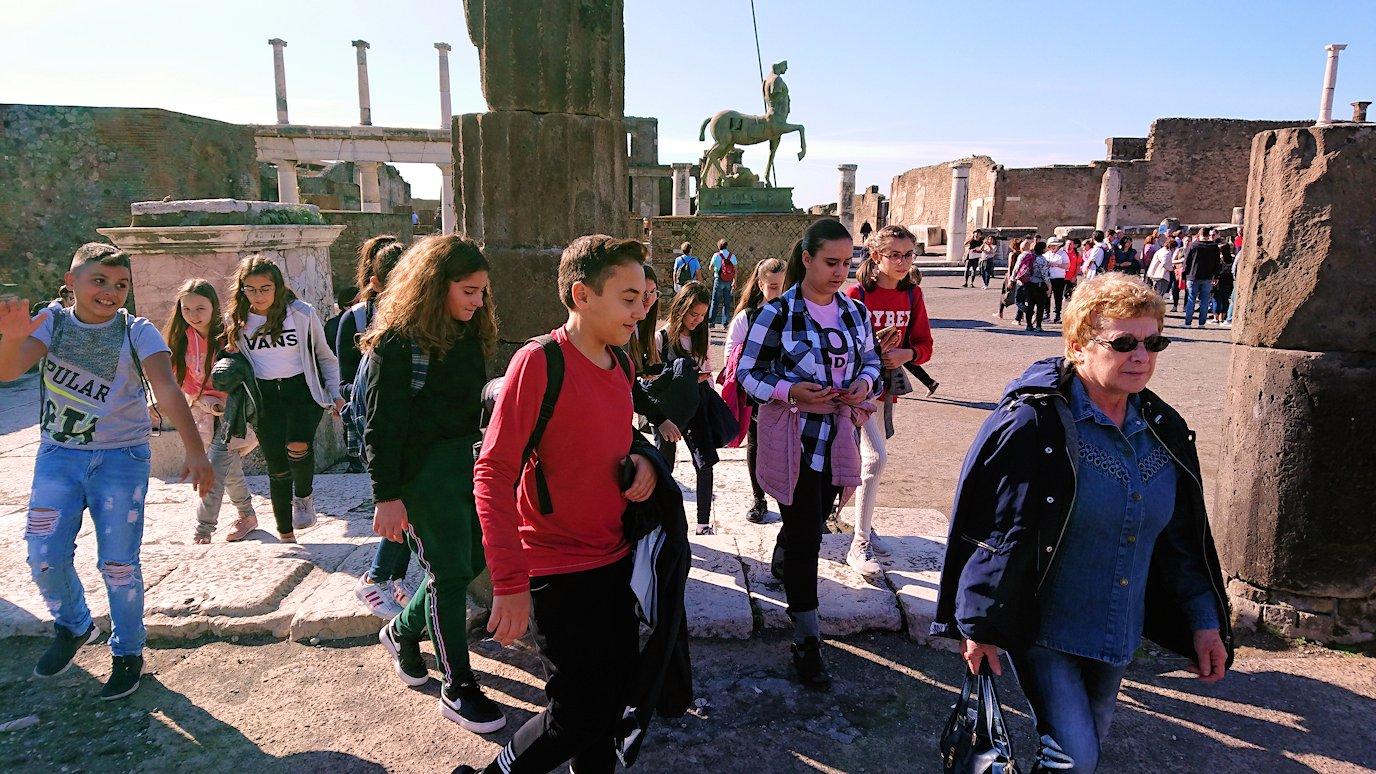 ポンペイ遺跡のフォロ広場にいた子供達