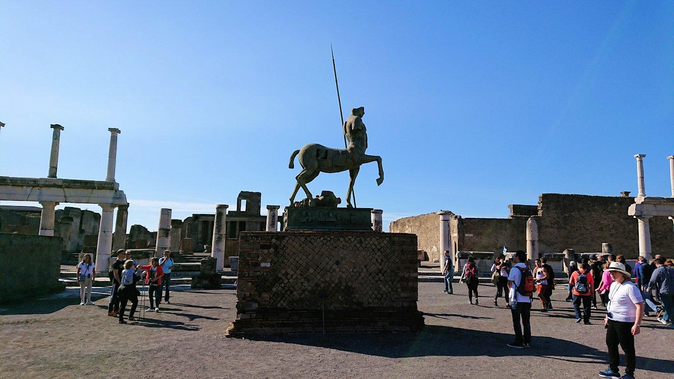 ポンペイ遺跡のフォロ広場の像