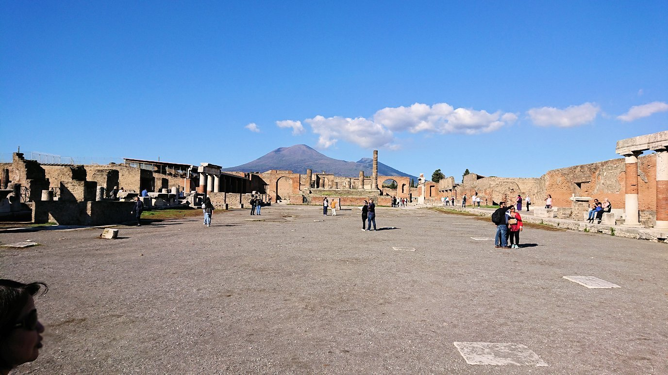 ポンペイ遺跡のフォロ広場で見るベスビオス火山