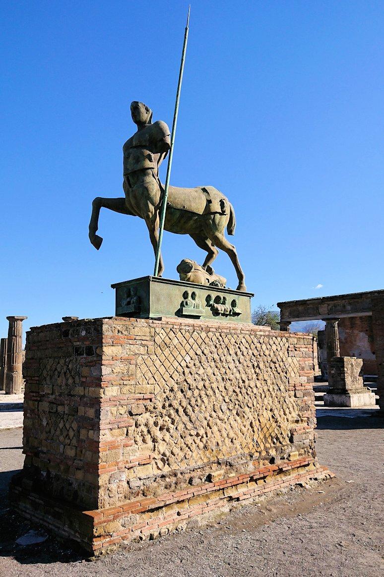 ポンペイ遺跡のフォロ広場の像2