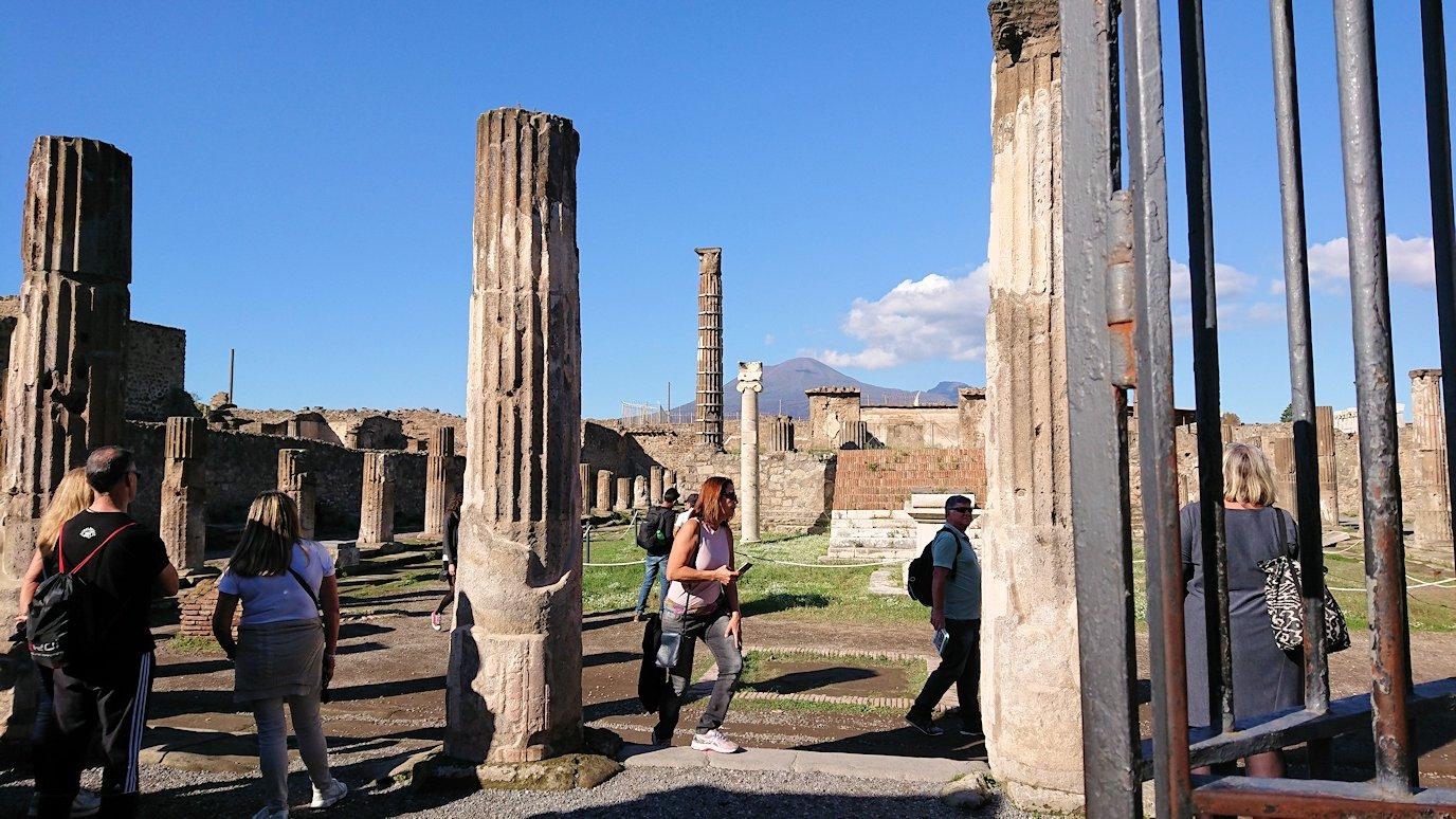 ポンペイ遺跡の神殿跡の柱