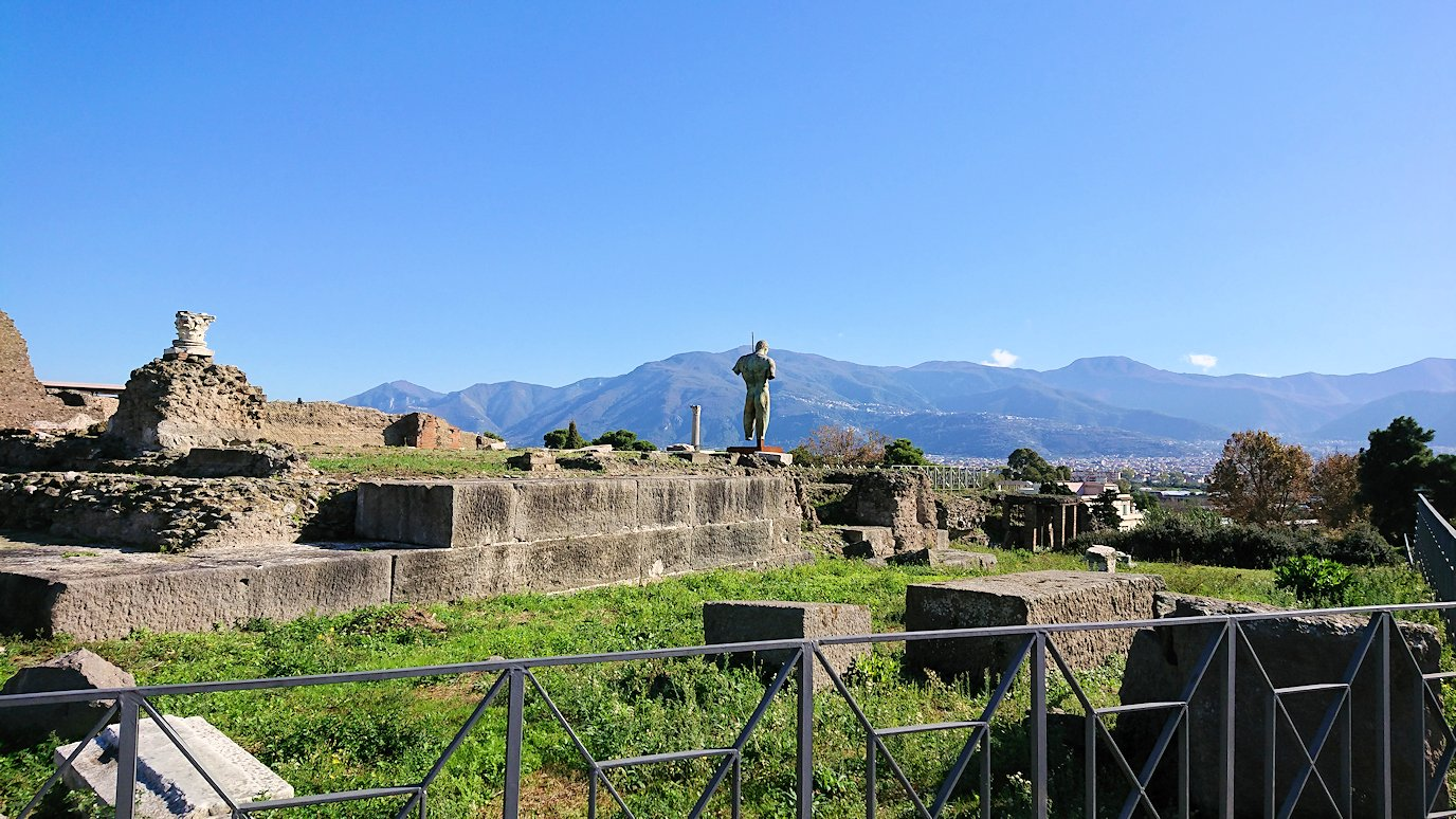 ポンペイ遺跡の向こう側を見つめる2