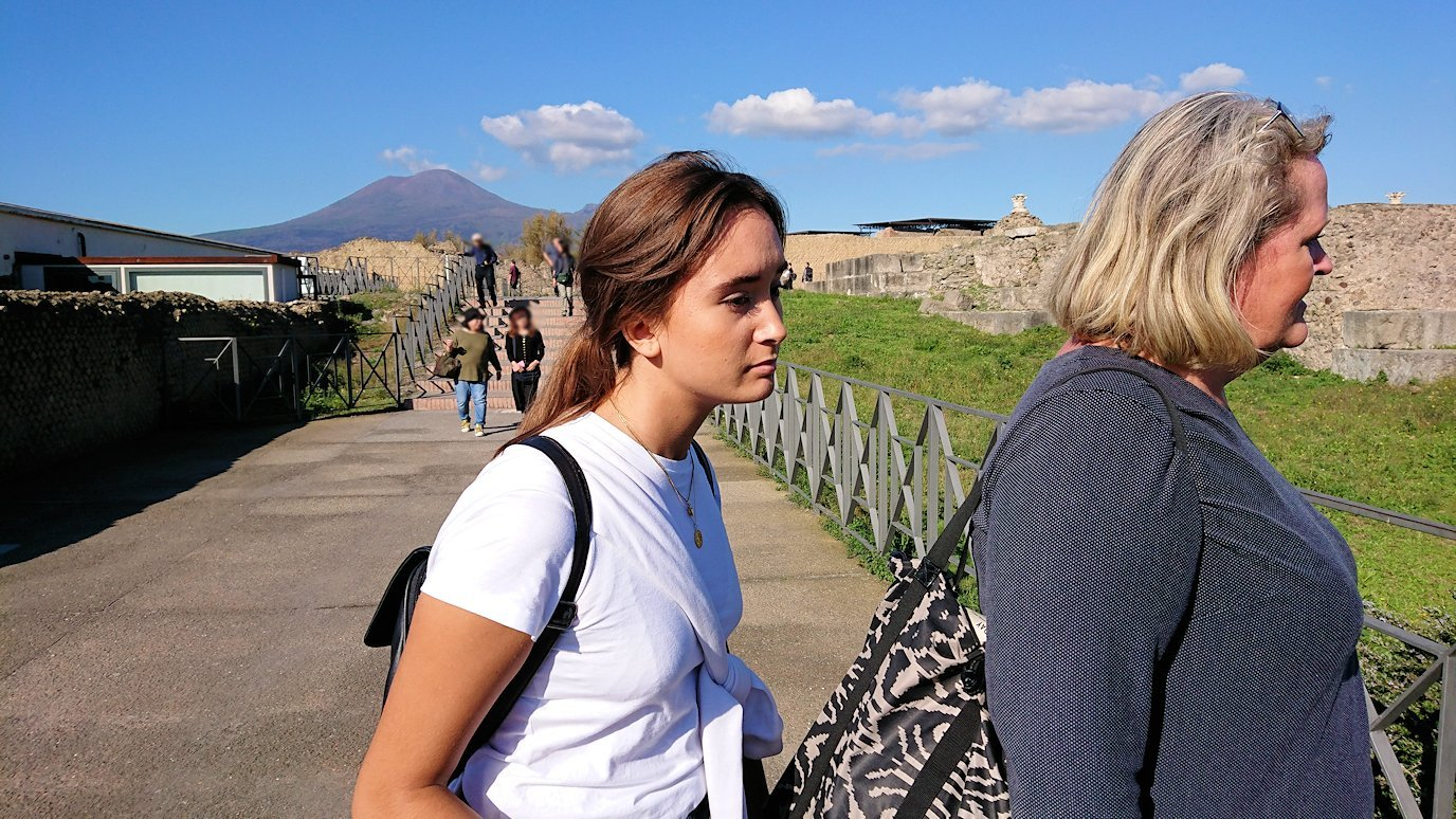 ポンペイ遺跡の出口に向かう時に見つけた美女