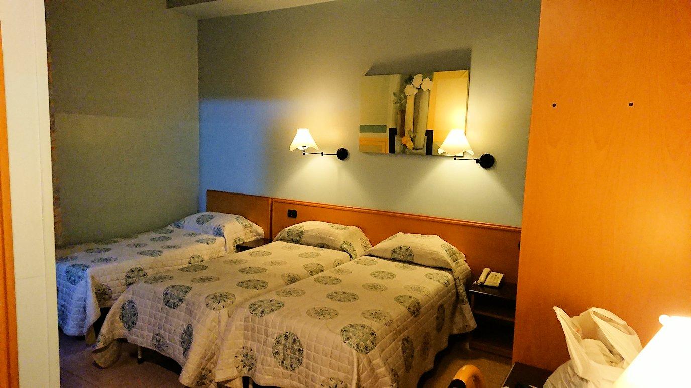 アルベロベッロのホテルの部屋のベッド