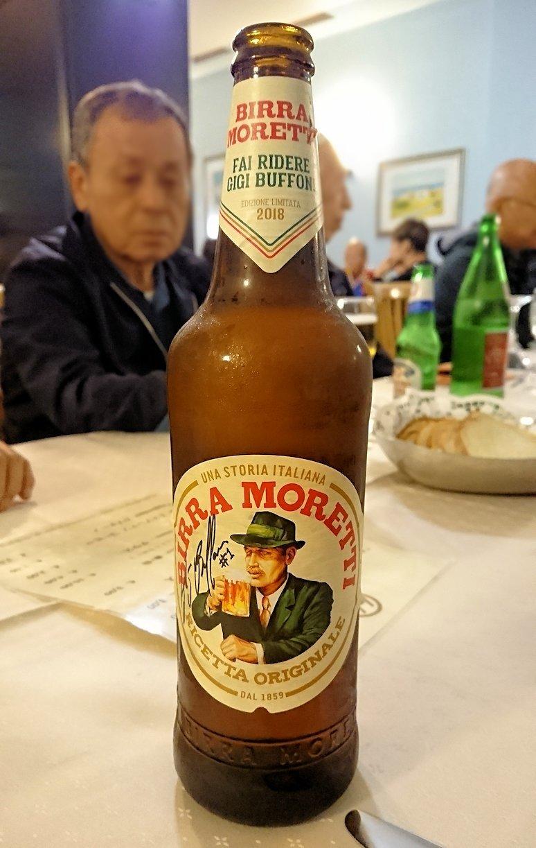 アルベロベッロのホテルの夕食会場でのビール
