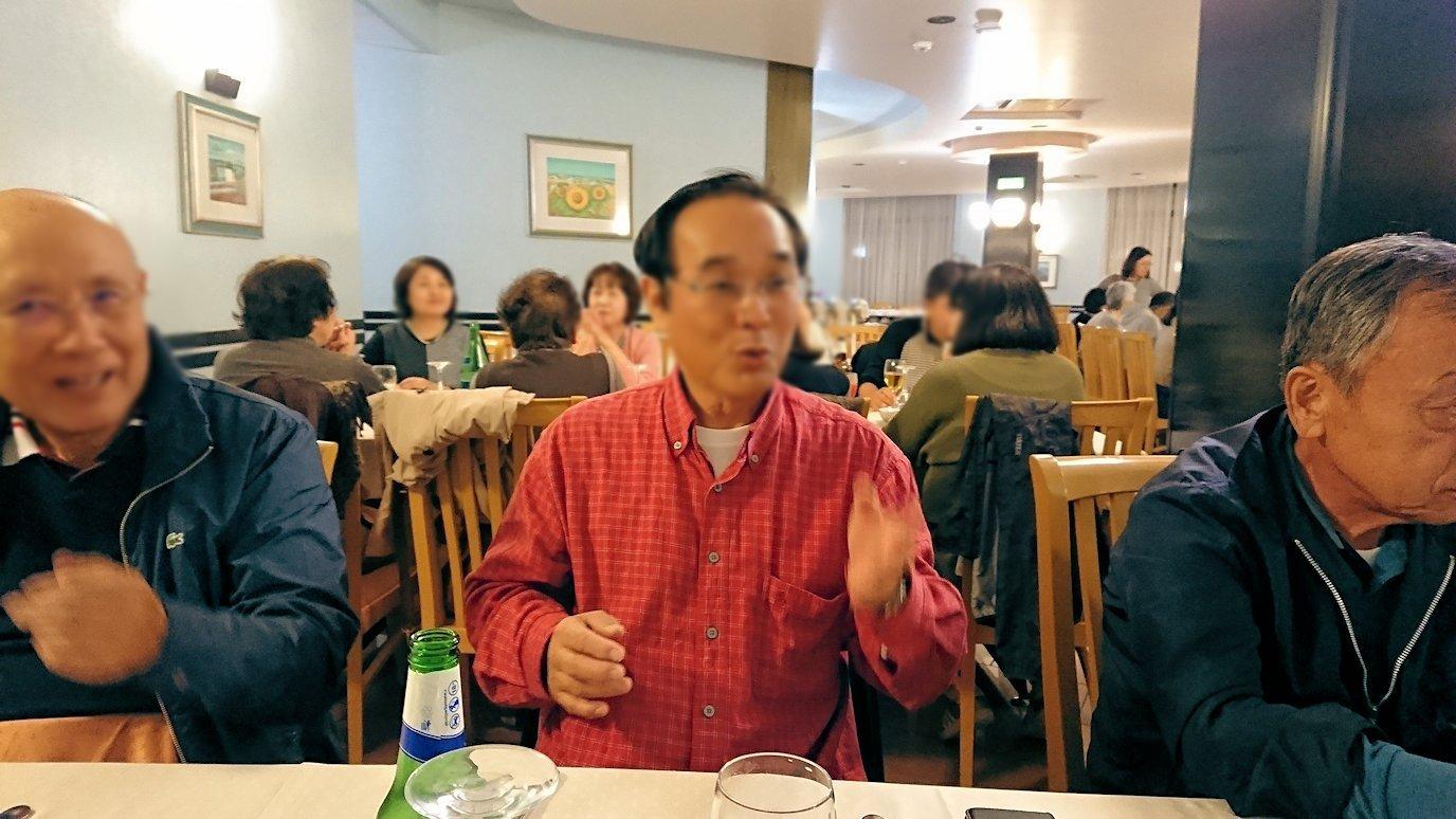 アルベロベッロのホテルの夕食会場での絶好調な大阪人のオジサン
