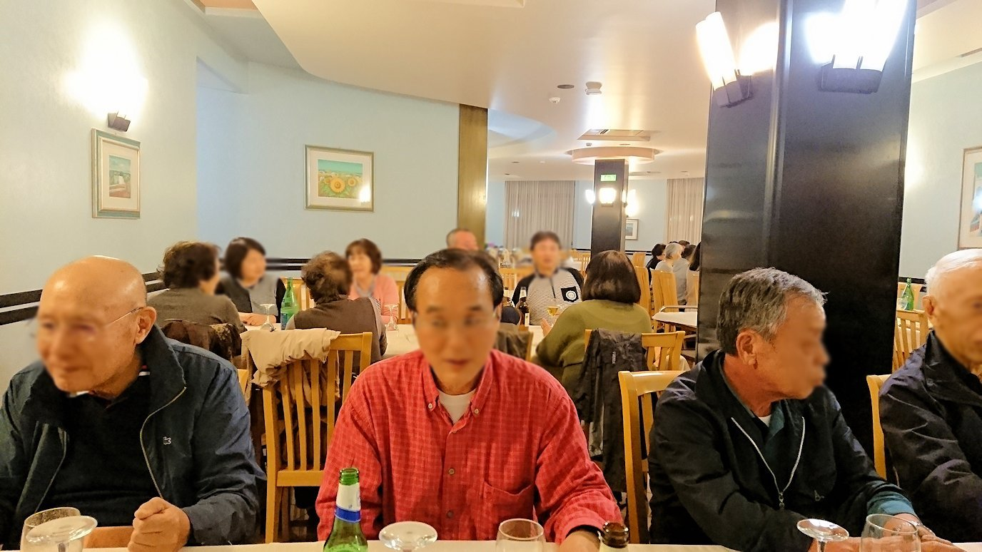 アルベロベッロのホテルの夕食会場での絶好調な大阪人のオジサン2