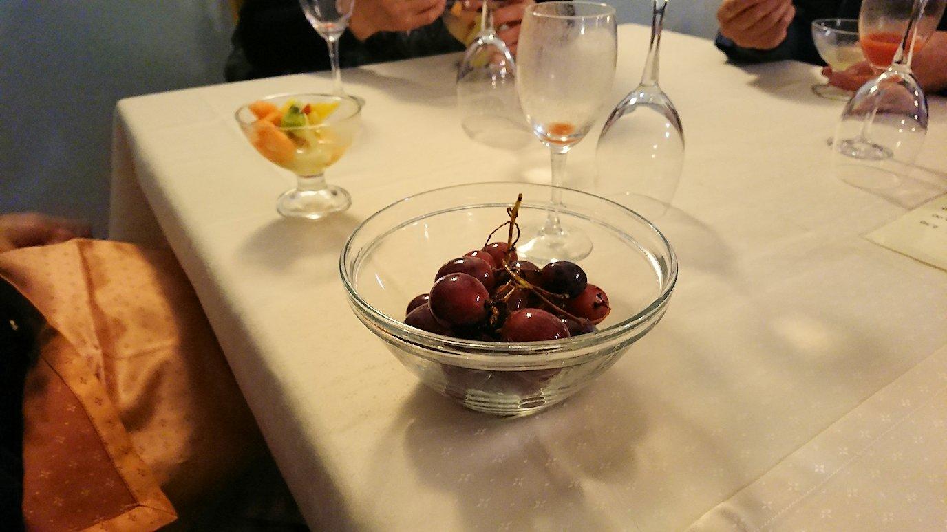 アルベロベッロのホテルの夕食会場での追加フルーツ
