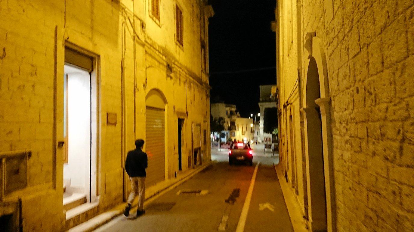 夜のアルベロベッロの街を散策中2