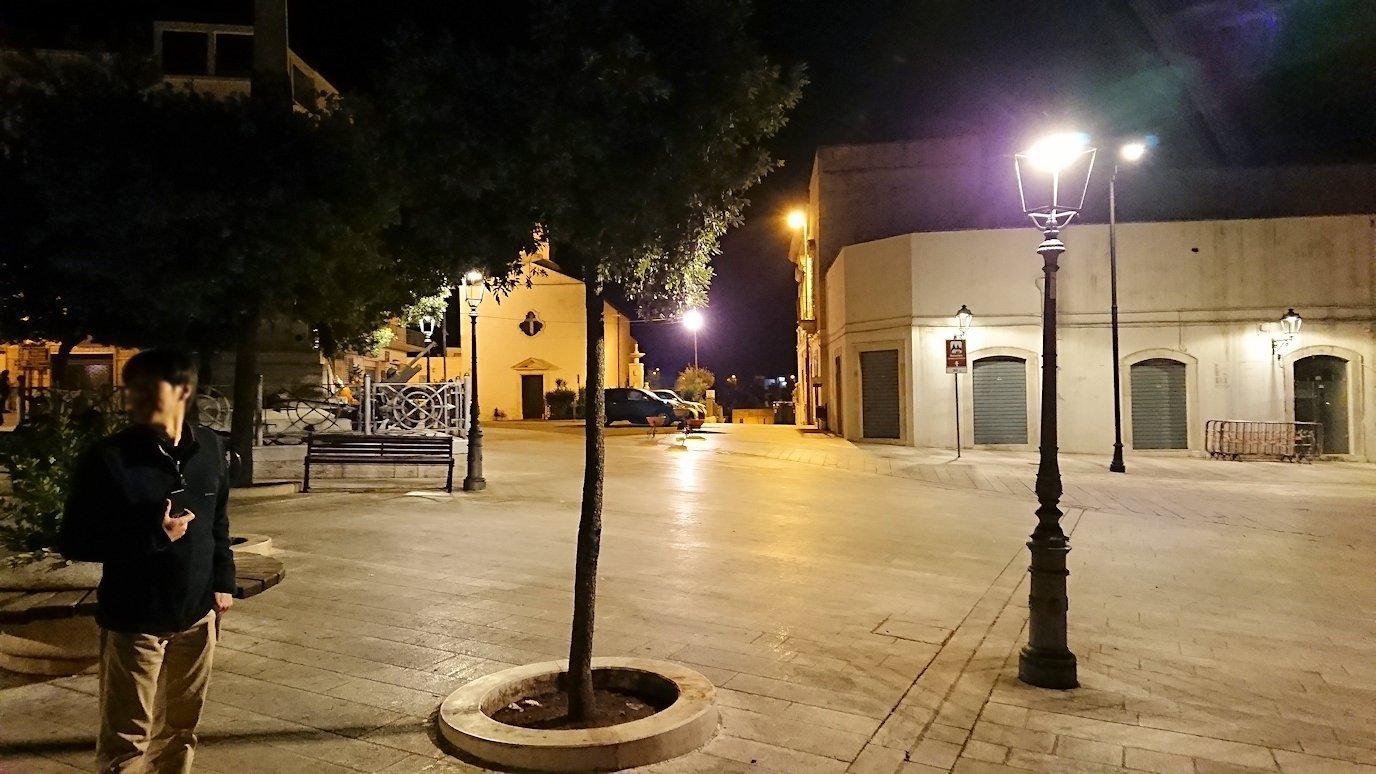 夜のアルベロベッロのジアンジローラモ広場