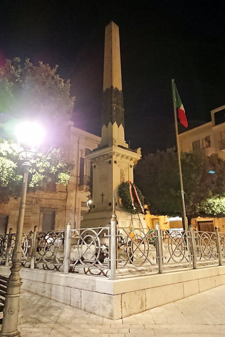 夜のアルベロベッロのジアンジローラモ広場のオベリスク