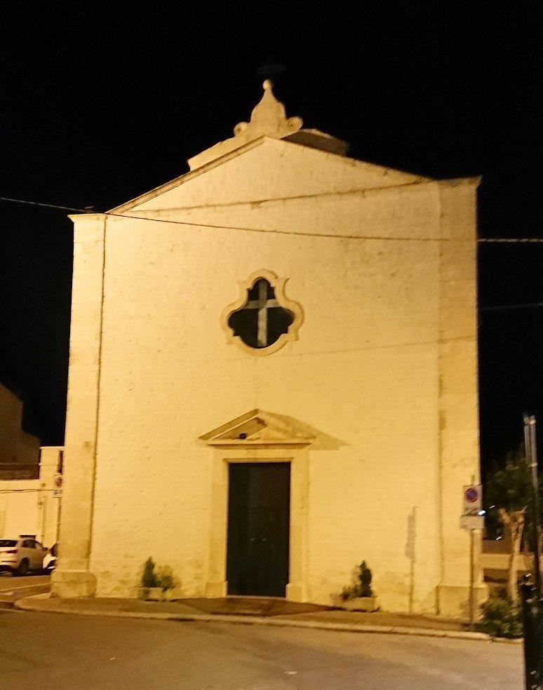 夜のアルベロベッロのジアンジローラモ広場の教会