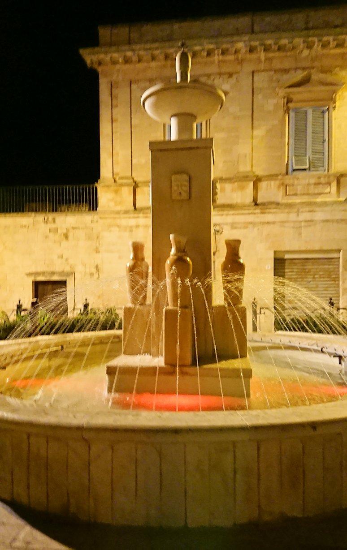 夜のアルベロベッロのジアンジローラモ広場の噴水
