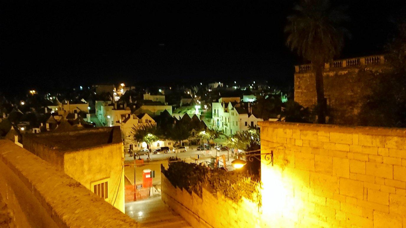 夜のアルベロベッロの街並み