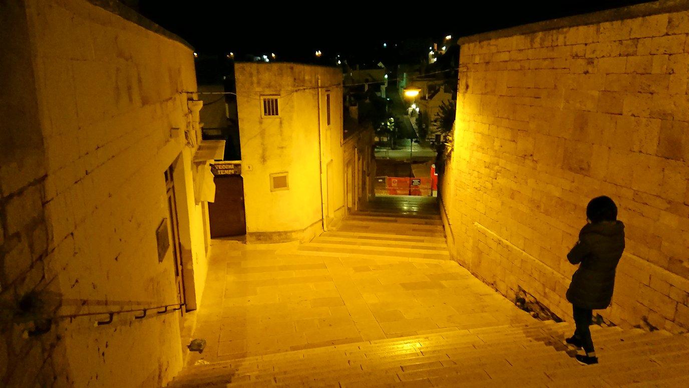 夜のアルベロベッロの街並み3
