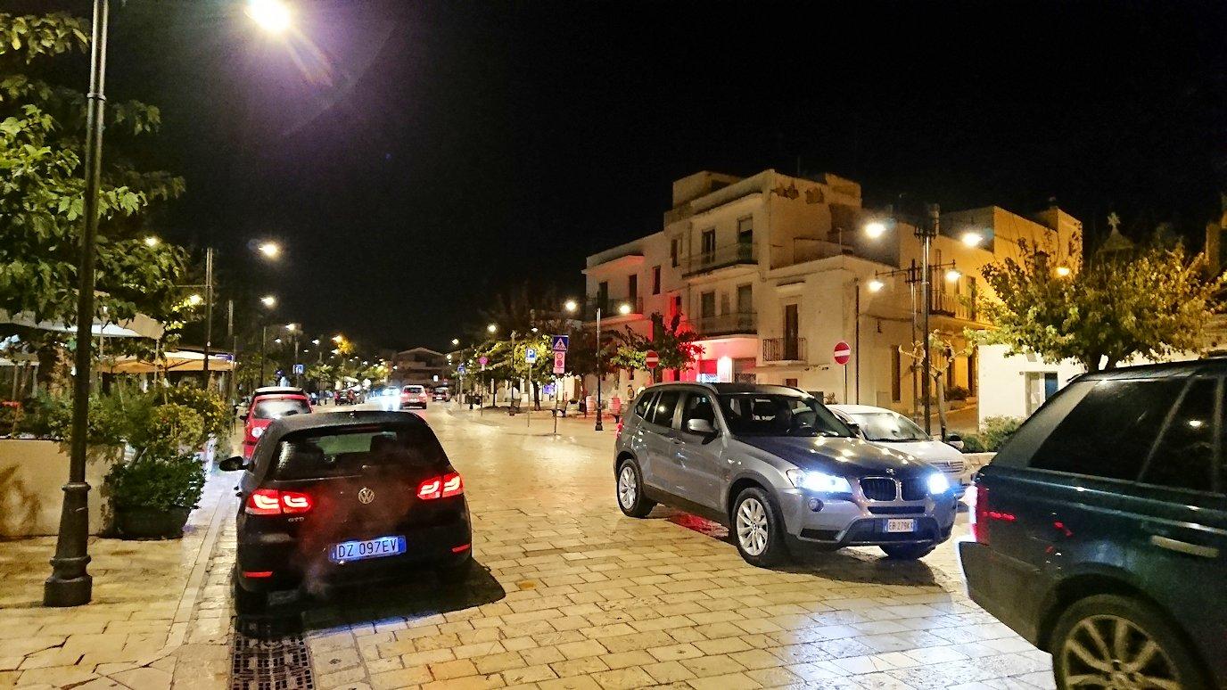 夜のアルベロベッロのモンティ地区に進む