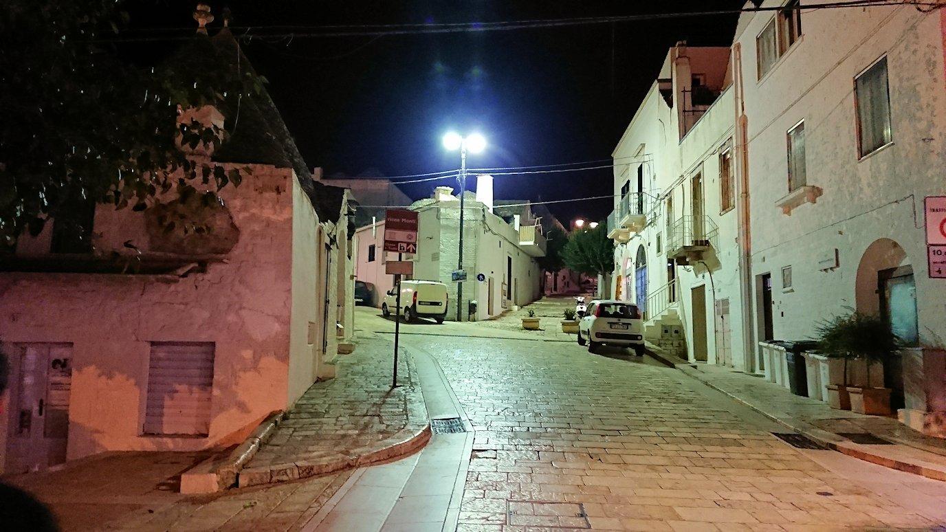 夜のアルベロベッロのモンティ地区に進む2