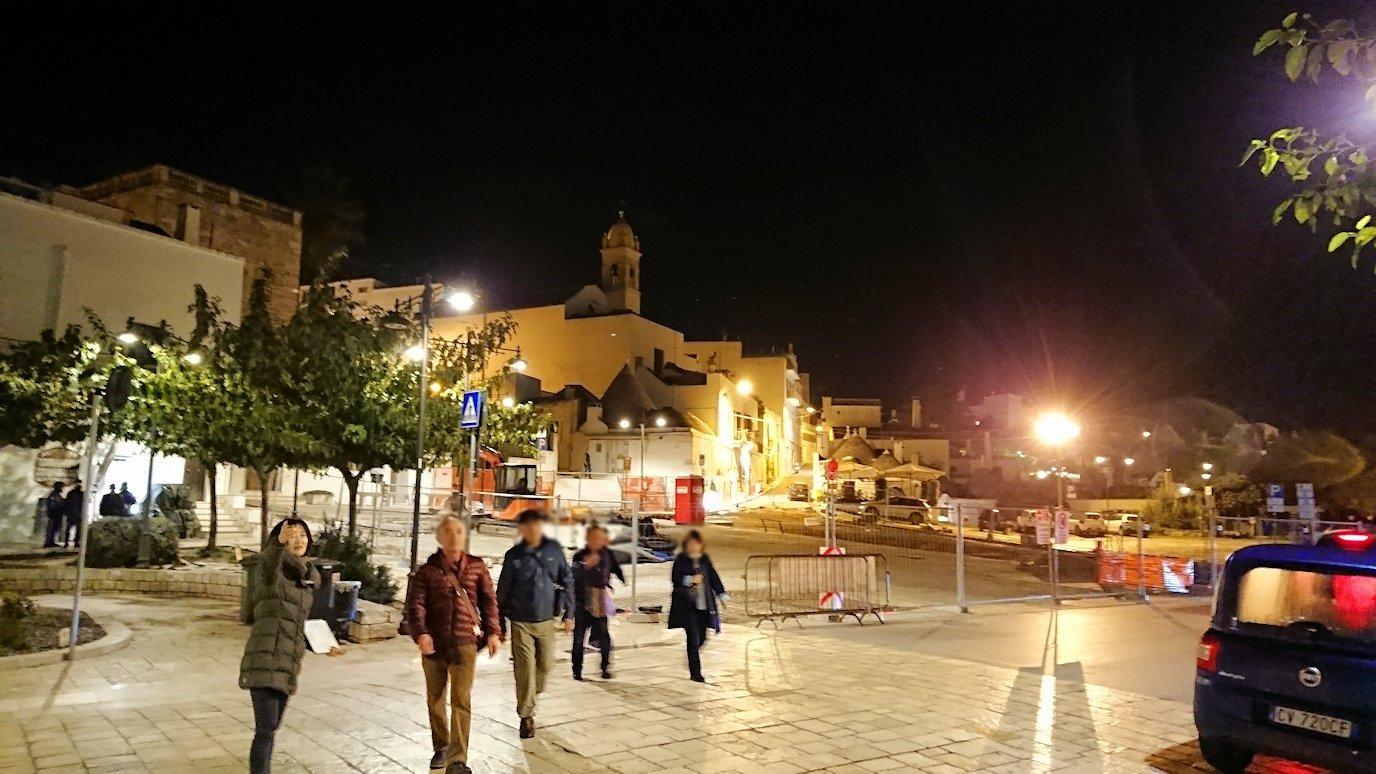 夜のアルベロベッロのモンティ地区に進む3