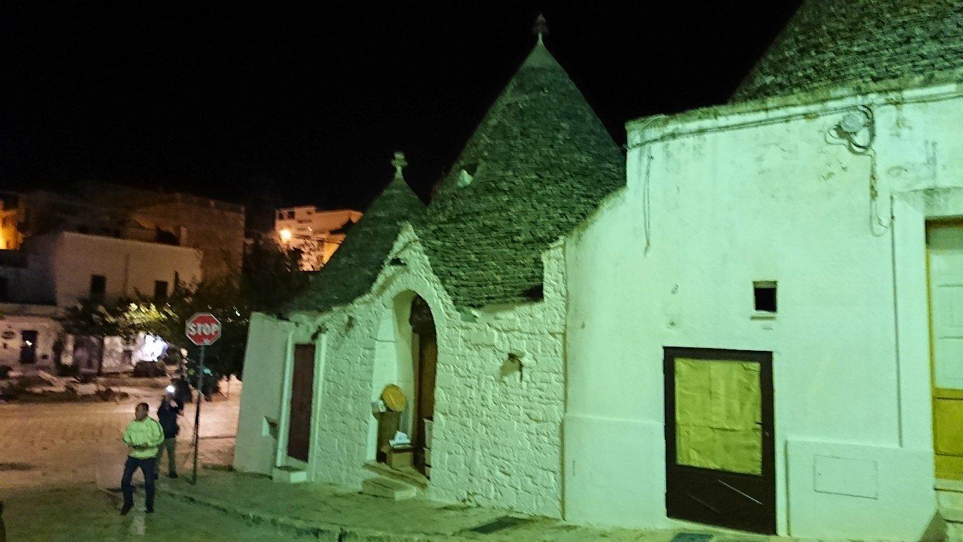 夜のアルベロベッロのモンティ地区のトゥルリ