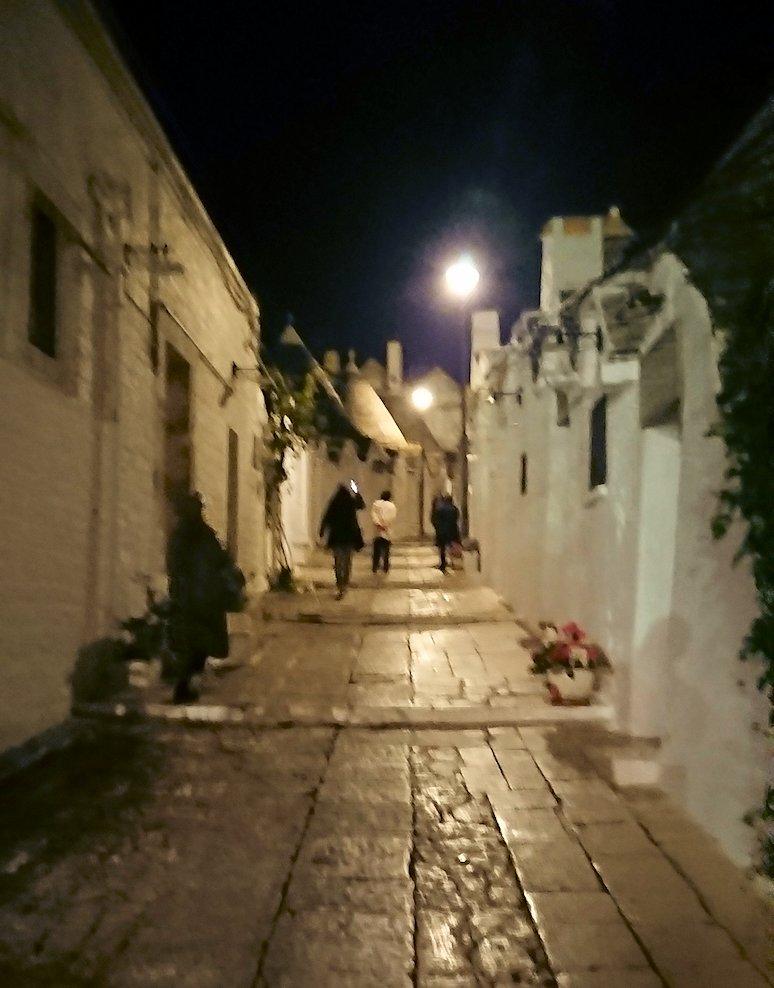 夜のアルベロベッロのモンティ地区のトゥルリ前の道をのぼる2