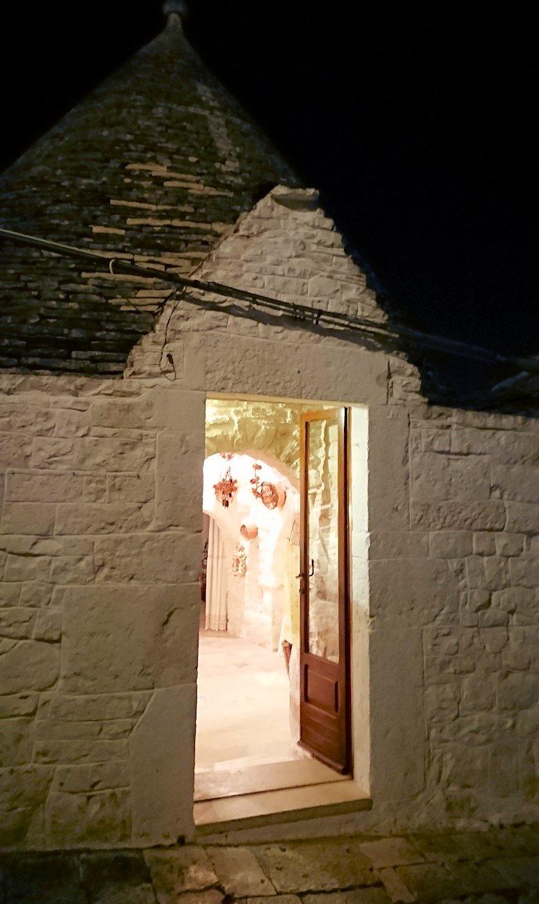 夜のアルベロベッロのモンティ地区の陽子さんの店に到着