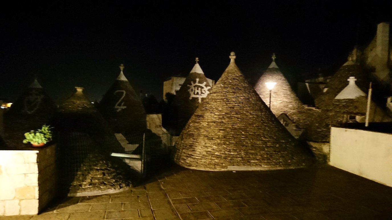夜のアルベロベッロのモンティ地区の陽子さんの店の屋上