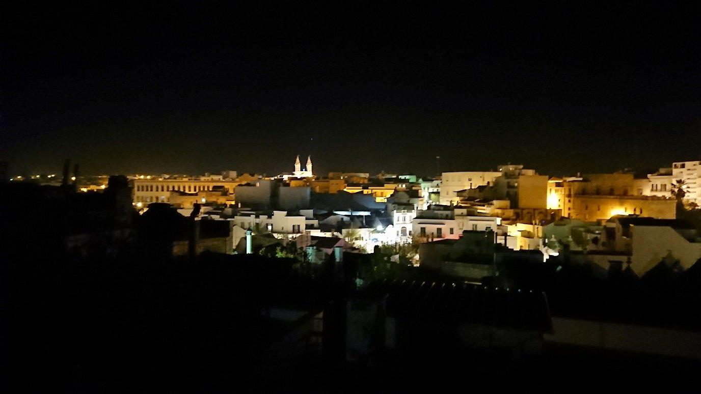 夜のアルベロベッロのモンティ地区の陽子さんの店の屋上から見る風景
