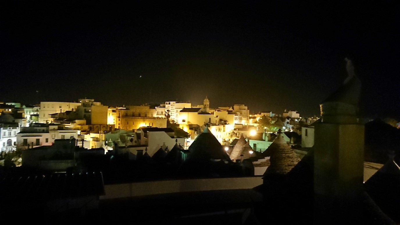 夜のアルベロベッロのモンティ地区の陽子さんの店の屋上から見る風景2