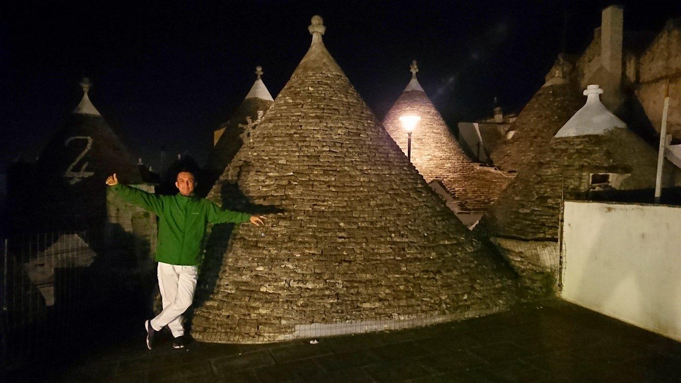 夜のアルベロベッロのモンティ地区の陽子さんの店の屋上で記念撮影