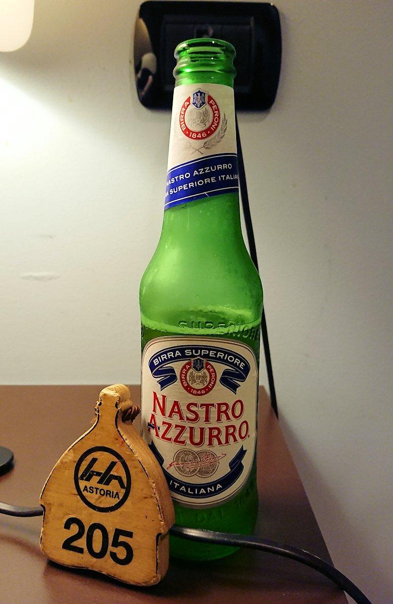 夜のアルベロベッロのホテルで寝る前にビールを飲む