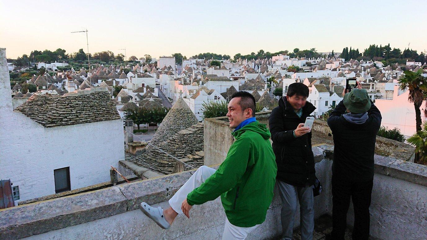 朝のアルベロベッロを眺めながら記念撮影