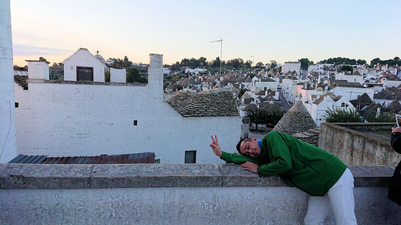 朝のアルベロベッロを眺めながら記念撮影2