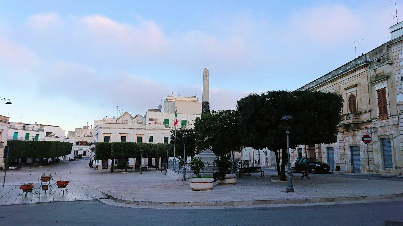朝のアルベロベッロのポポロ広場