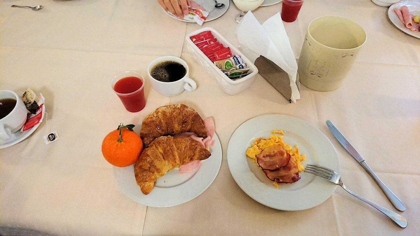 朝のアルベロベッロでのホテルで朝食を2