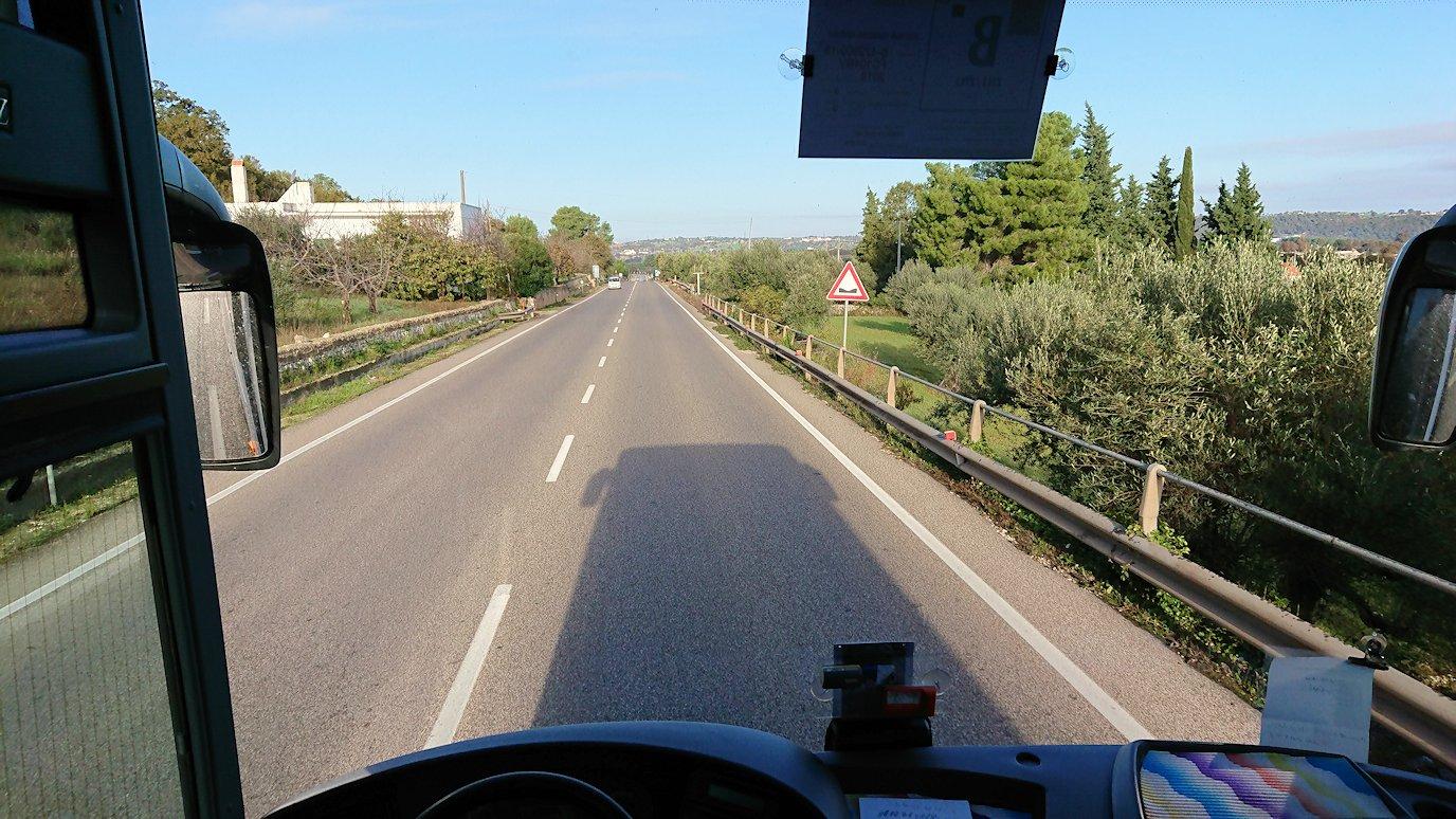 アルベロベッロを出発したバスの中の様子