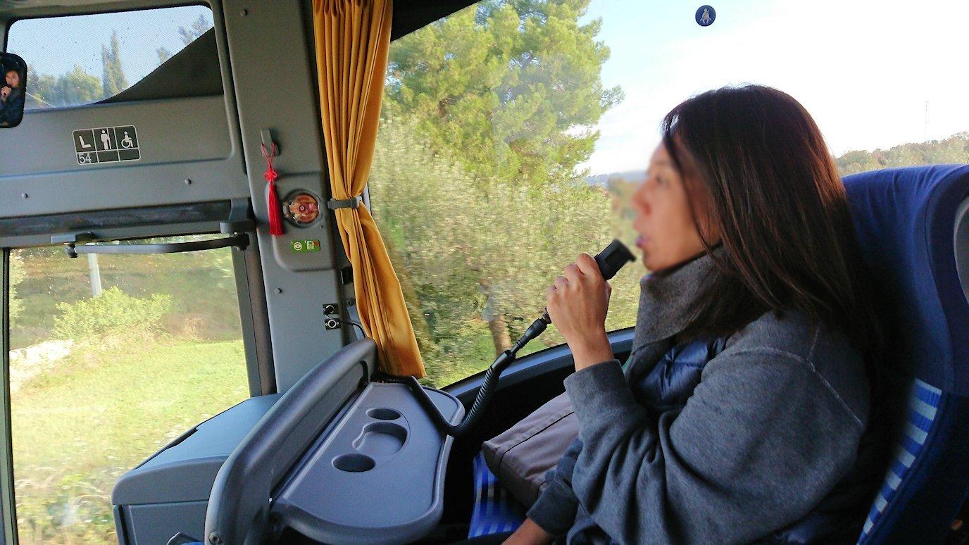 アルベロベッロを出発したバスで添乗員を撮ってみる