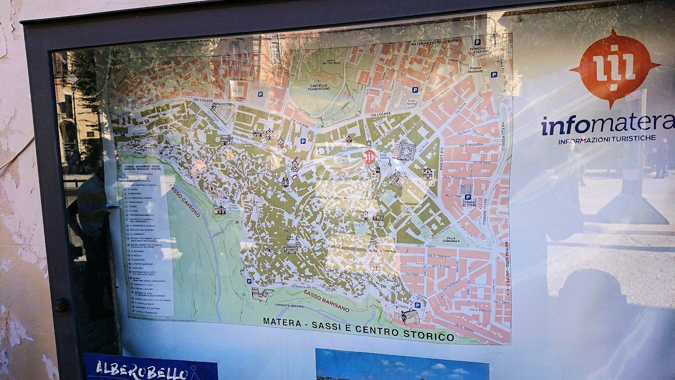 マテーラのヴィットリオ・ヴェネト広場にある地図