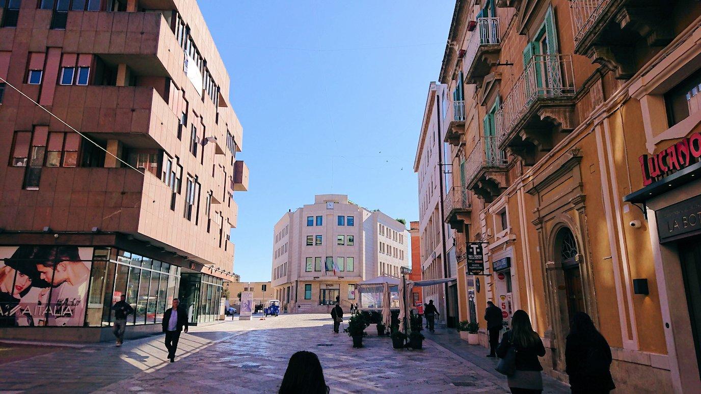 マテーラの街の中心部の広場から歩く7